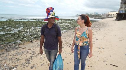 Conheça André Fernandes, que transforma o lixo que cata na praia em obra de arte
