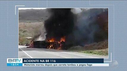 Motorista morre após caminhão tombar e pegar fogo na BR-116, no sudoeste da Bahia