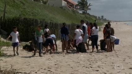 Alunos de escolas públicas fazem limpeza em praia de Barra de São Miguel (AL)