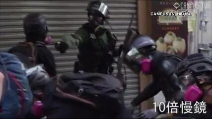 Policial atinge manifestante a queima-roupa em Hong Kong