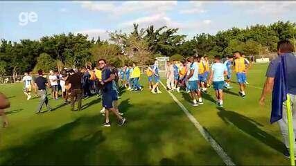 Torcedores do Cruzeiro invadem a Toca da Raposa II durante treino desta terça-feira