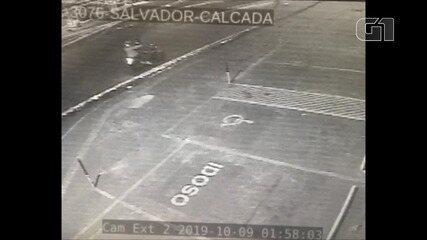 Vídeo mostra suspeitos em moto atirando contra agência bancária na Calçada