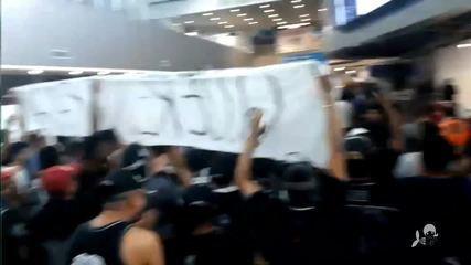 Ceará é recepcionado com protestos no aeroporto após ser derrotado pelo Grêmio