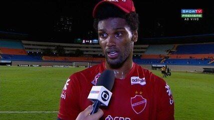Bruno Mezenga comemora gol e pede empenho do Vila Nova nos próximos jogos
