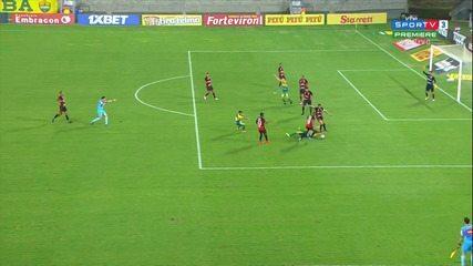 Rodolfo sofre falta de Baraka na área e árbitro marca pênalti, aos 25' do 1º tempo