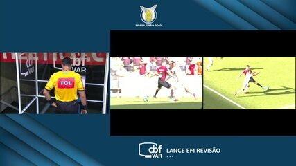 Juiz marca pênalti para o Flamengo e depois anula no VAR