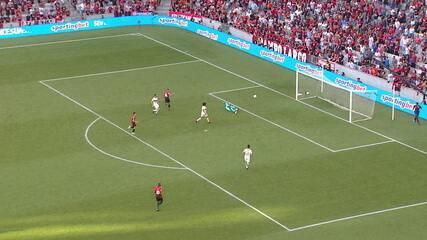 Arão erra feio na saída de bola e Diego Alves salva, aos 2 do 2º tempo