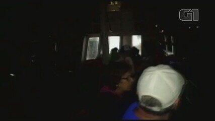 Passageiros mostram situação de escuna à deriva no litoral de São Paulo