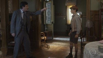 Júlio chega em casa embriagado e estraga decoração da festa de Isabel