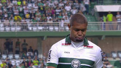 Rodrigão chega a 11 jogos sem gols e se irrita após ser substituído no Coritiba