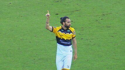 Gol do Criciúma! Léo Gamalho bate da entrada da área, bola desvia e mata Pegorari aos 38 do 2º tempo