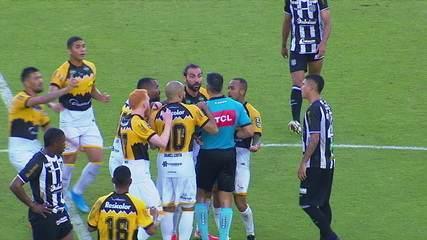 Expulso! Léo Gamalho recebe o segundo amarelo por subir no alambrado na comemoração do gol