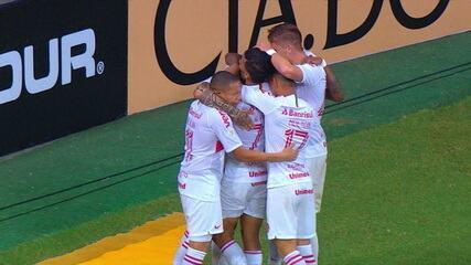 Gol do Internacional! Guerrero recebe de Parede e chuta cruzado, abrindo o placar, aos 03' do 2º tempo