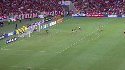 Em cobrança rápida, Apodi bate de primeira e Diego Alves faz ótima defesa, aos 35' do 1º tempo