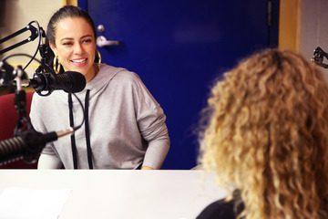 Paolla Oliveira se diverte nos bastidores da gravação do Podcast Novela das Nove