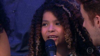 Robson Nunes é apresentado pela filha para cantar