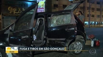 Bandidos em carro roubado furam blitz e causam acidente durante a fuga, em São Gonçalo