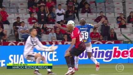 Vermelho! Sassá faz o gol, mas árbitro revisa e vê mão do atacante, que é expulso, aos 14' do 2ºT
