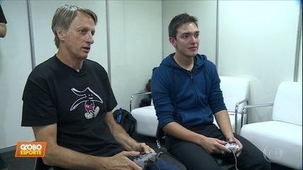 Tony Hawk dá show na pista de skate e no jogo dele de videogame
