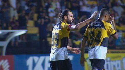 Gol do Criciúma! Léo Gamalho pega a sobra na área e estufa a rede, aos 40' do 2ºT