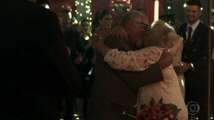 Antero (Ary Fontoura) recupera a memória e se casa com Marlene (Suely Franco)