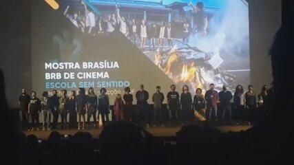Festival de Cinema: equipe do filme 'Escola sem sentido' protesta com boca vendada