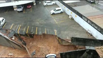Muro de estacionamento cede no bairro do Imbuí, em Salvador; moradores ficam preocupados