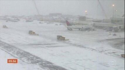 Tempestade de neve gera o cancelamento de centenas de voos no Colorado, EUA