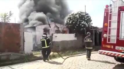 Vídeo mostra casa sendo destruída por incêndio em Natal