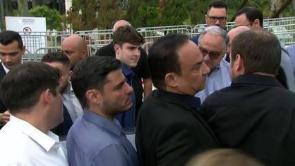Filho de Gugu Liberato carrega caixão com corpo do apresentador