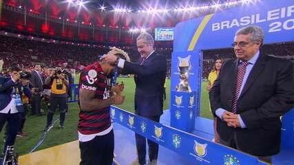Jogadores e equipe do Flamengo recebem as medalhas de campeão do Brasileirão 2019