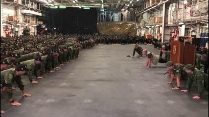 Ministro da Defesa quebra protocolo e faz flexões com 700 fuzileiros navais em Pernambuco