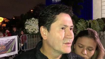 Cantor Gian abraça familiares de Gugu Liberato