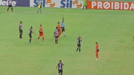 Cartão Vermelho para o Athletico-PR! Vitinho recebe segundo amarelo por bate-boca com rival, aos 18 do 2º tempo