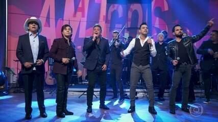 'Amigos' abrem o programa cantando uma sequência arrebatadora de grandes sucessos