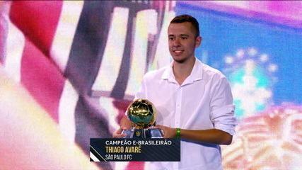Campeão do e-Brasileirão com o São Paulo, Thiago Avaré recebe taça no Prêmio Brasileirão 2019