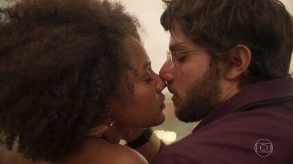 Camila e Danilo se beijam ao amanhecer