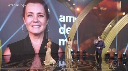Adriana Esteves ganha o troféu de atriz de série