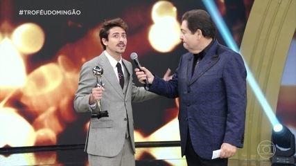 Jesuíta Barbosa ganha o troféu de ator de novela