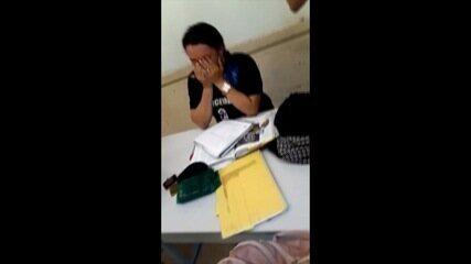 Professora ficou emocionada após receber a doação dos alunos