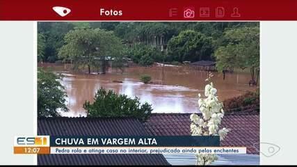 Moradores resgatam mulher em Vargem Alta, após chuva forte
