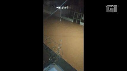 Chuva alagou casas na Rua Pedra Azul, no Bairro Antônio Pimenta