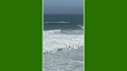 Campeão mundial de surfe, Ítalo Ferreira pega onda em Nazaré