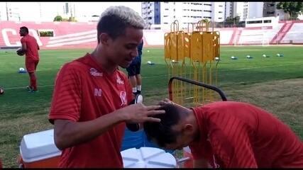 """No Náutico, Erick mostra """"trollagem"""" com Luis Felipe, meia da base"""