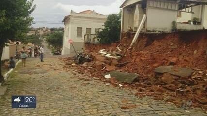 Muro cai sobre carro durante chuva em Cássia (MG)