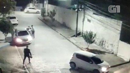 Vídeo mostra bandidos abordando mulher e roubando o carro dela em rua do Recife