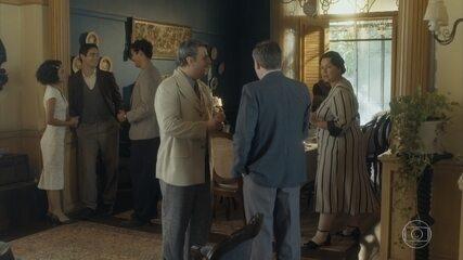 Quando Afonso vai contar a todos sobre ele e Lola, Shirley reaparece