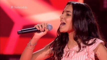 Giovana Costa canta 'Canarinho Prisioneiro'