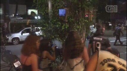 Vídeos mostram confusão entre foliões e policiais militares em Santos, SP