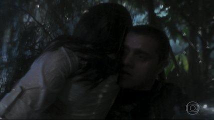 Téo salva Luna da correnteza e se desespera ao vê-la desacordada
